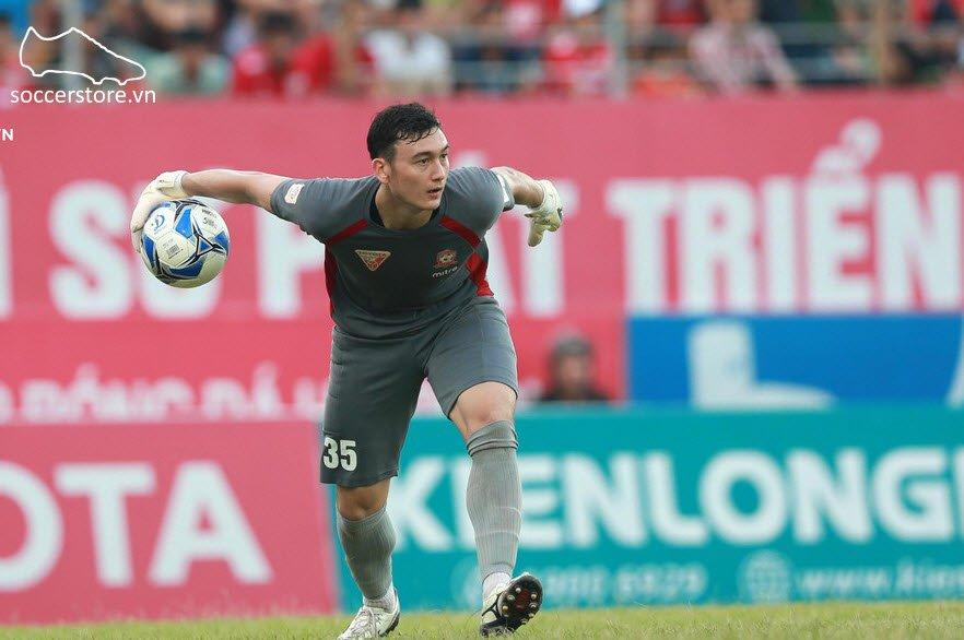 GK Đặng Văn Lâm sử dụng giày bóng đá Mizuno