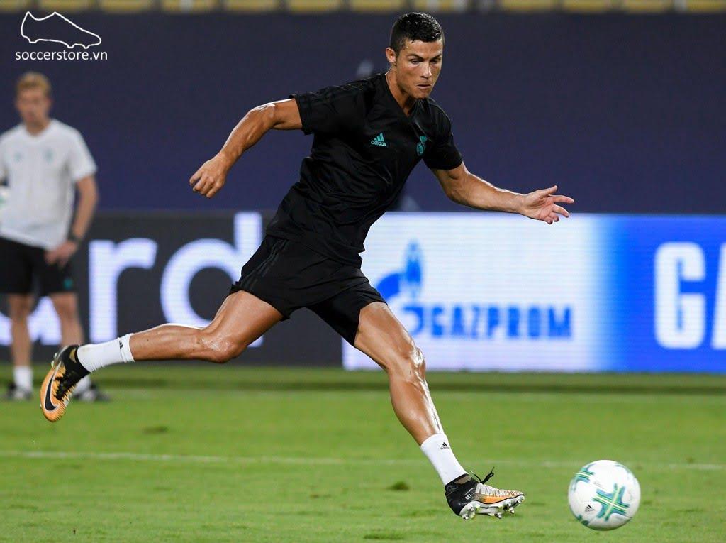 Ronaldo sử dụng phiên bản Nike Mercurial Superfly