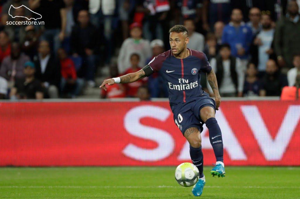 Neymar sử dụng phiên bản Nike Mercurial Vapor XI FG