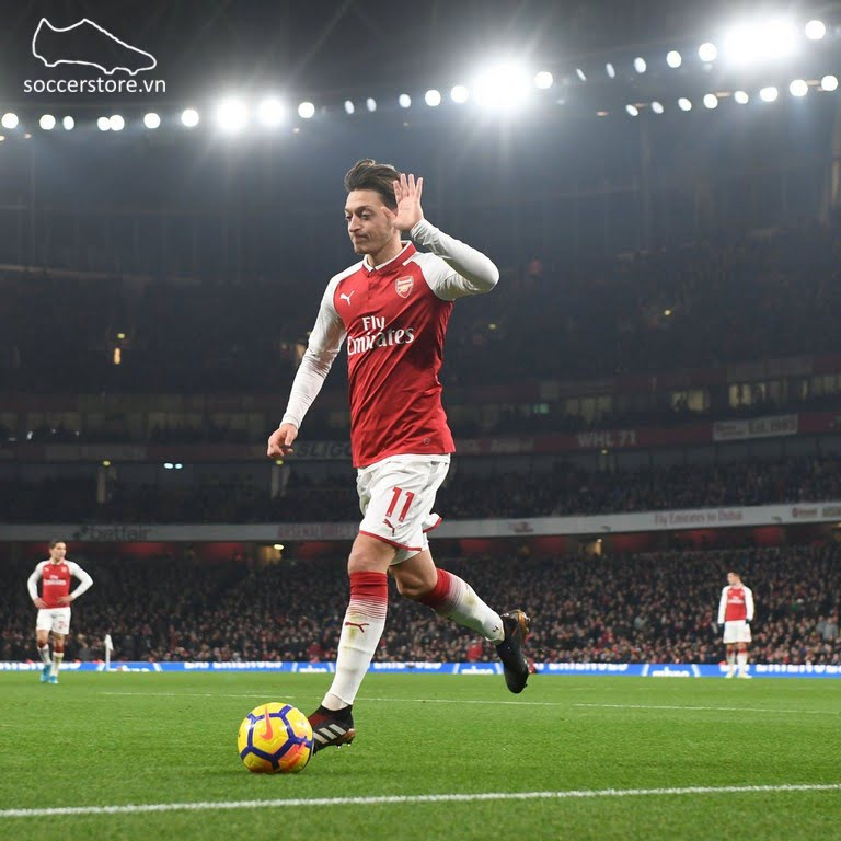 Mesut Ozil sử dụng dòng giày Adidas Predator