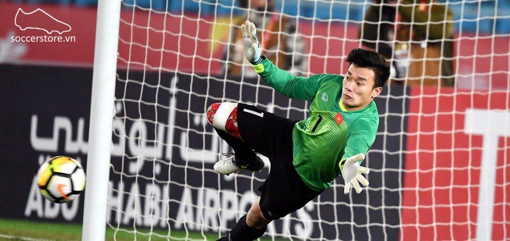 Thủ môn Bùi Tiến Dũng của U23 Việt Nam sử dụng Adidas Ace